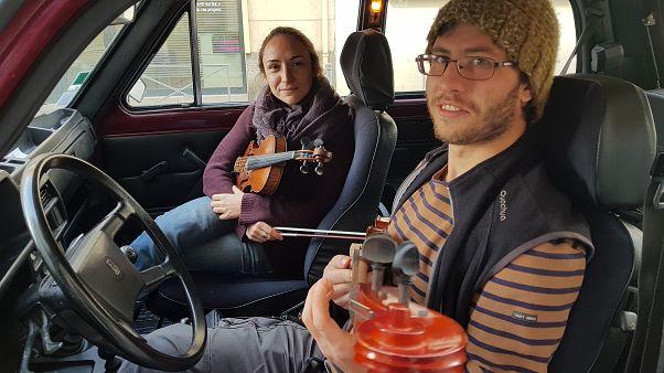 Antoine Sergent y Marion Bretteville en el Lada con el que viajarán