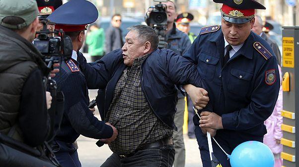 Kazakistan'da istifa eden Nazarbayev'e karşı protesto yapan muhalifler gözaltına alındı