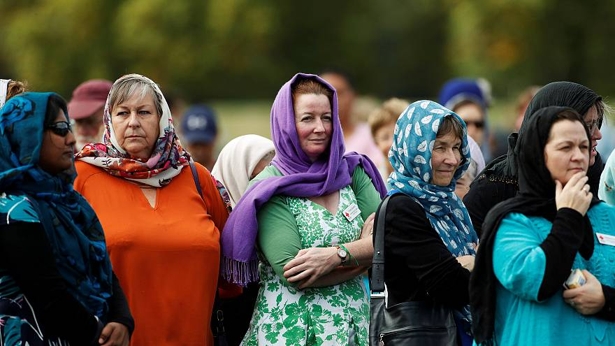 Yeni Zelandalı kadınlar terör kurbanlarıyla dayanışma için başörtüsü takıyor