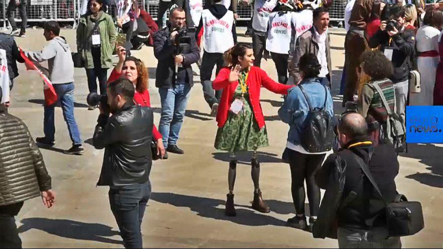 رقص دختر نجاتیافته از بمبگذاری دیاربکر با پای مصنوعی در جشن نوروز