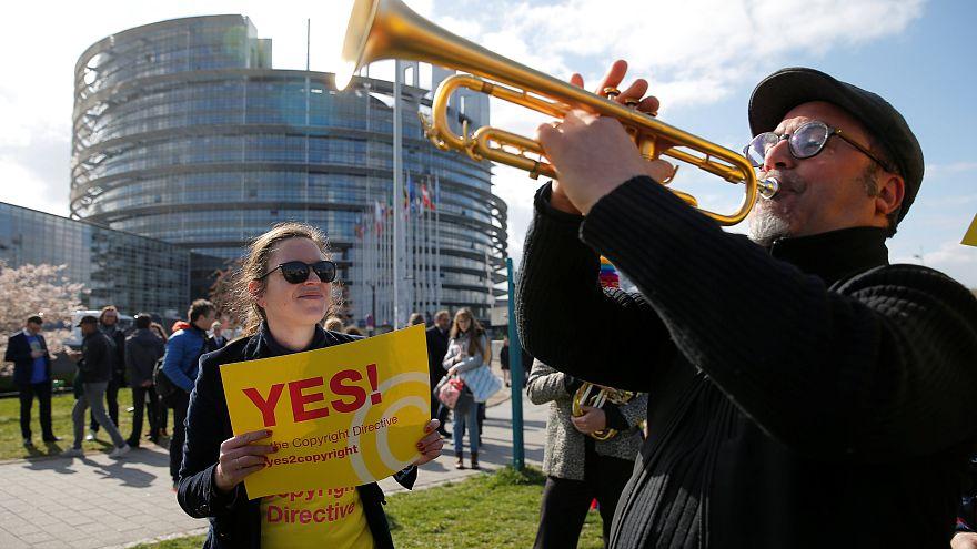 Strazburg'da AP önünde toplanan göstericiler yasaya destek verdi