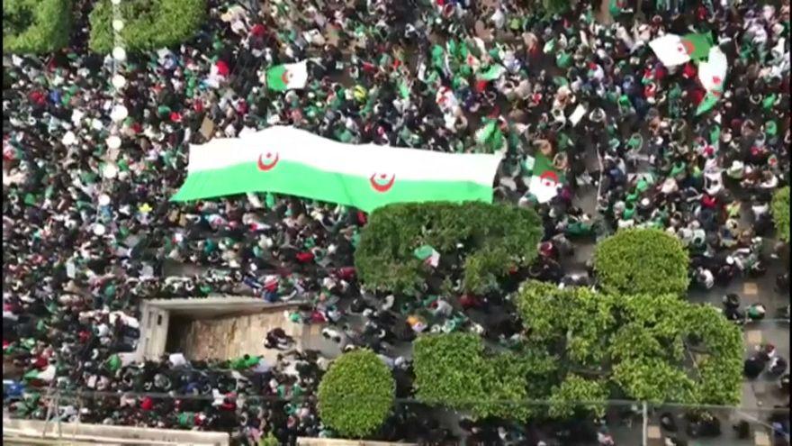 Buteflika lemondását követeli a tömeg Algériában