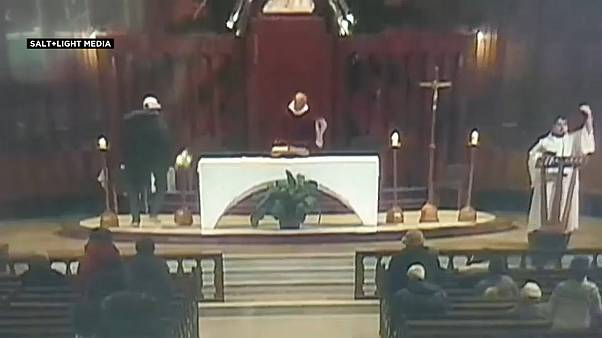 فيديو: رجل يطعن قساً أثناء قداس في كنيسة سانت جوزيف في مونتريال