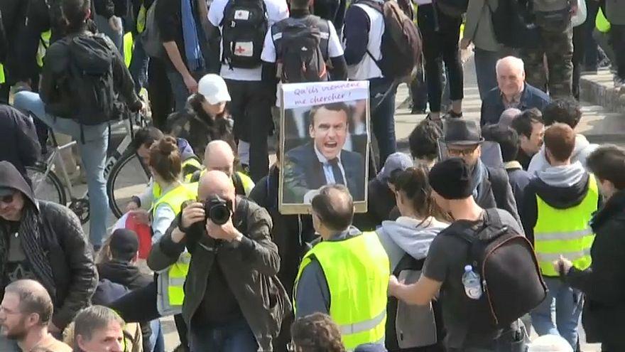 """Демонстрации """"жёлтых жилетов"""": мирные акции и столкновения с полицией"""