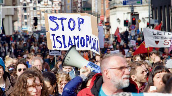 Hollanda'da binlerce kişi, ırkçılık ve ayrımcılık karşıtı gösteri düzenledi
