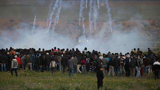 الجيش الإسرائيلي يمطر محتجين فلسطينيين بقنابل الغاز في غزة