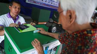 امرأة تصوت في انتخابات تايلاند
