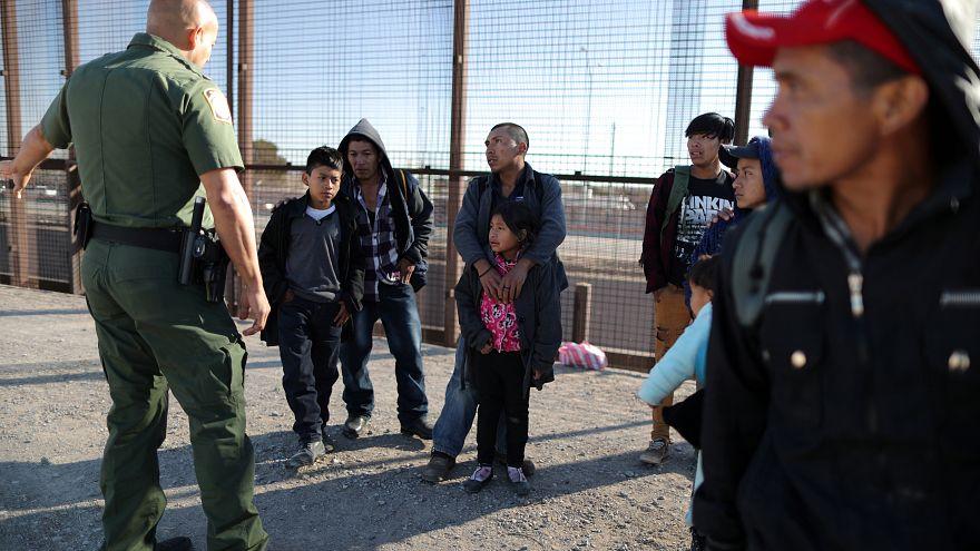 استجواب مجموعة من مهاجري أمريكا الوسطى حول صحة أطفالهم