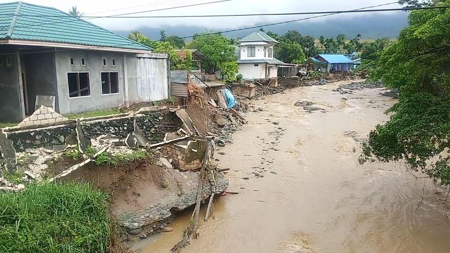 قرية ضربها طوفان في إندونيسيا قبل أيام