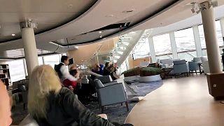 لحظة انحراف سفينة سياحية عن مسارها بسبب عاصفة قبالة سواحل النرويج