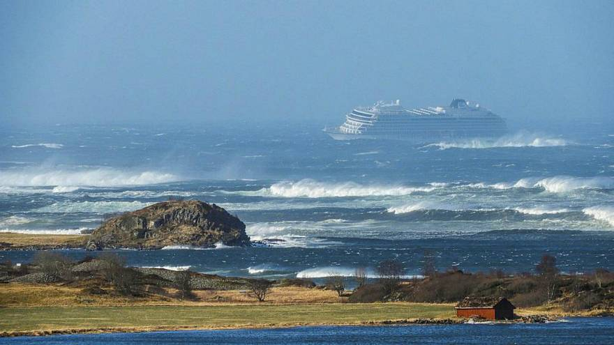 نروژ؛ کشتی تفریحی گرفتار در طوفان به ساحل رسید