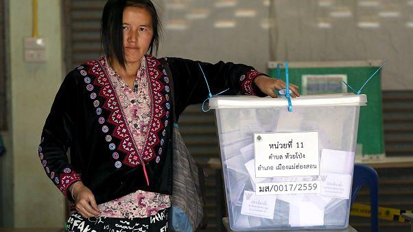 Tayland'da oyunu kullanan bir kadın