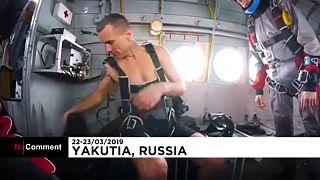 شاهد.. ضابط روسي سابق يقفز بالمظلة شبه عار بدرجة حرارة 50 تحت الصفر!
