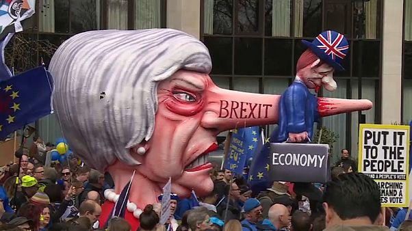 Theresa May : son poste contre un accord de Brexit?