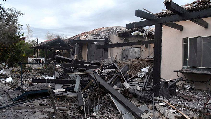 بيت مدمر جراء القصف الصاروخي