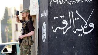 صورة أرشيفية لأحد جنود تنظيم داعش بمدينة الرقة السورية