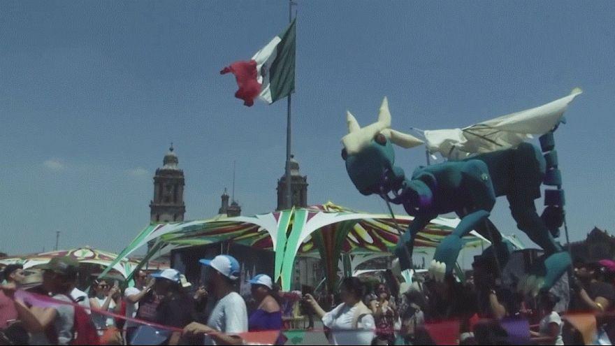 رژه عروسکهای مکزیکی در روز جهانی عروسک گردانی