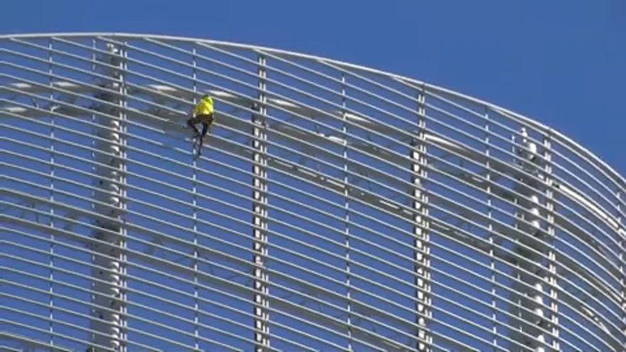 صعود اسپایدرمن فرانسه از برج انجین در پاریس
