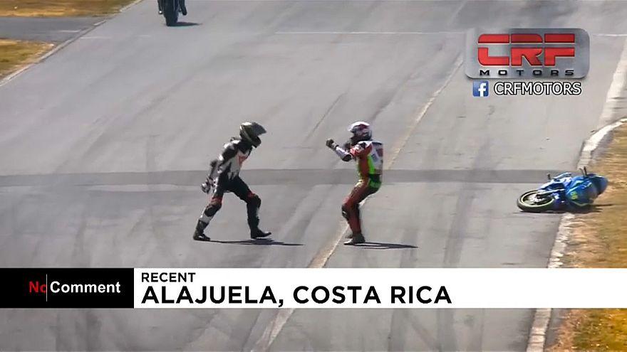 ویدئو؛ کتککاری در مسابقه موتورسواری