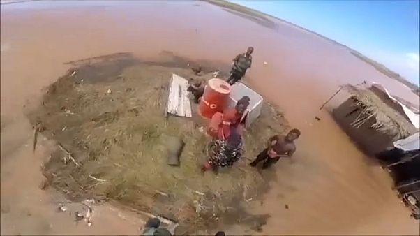 Rescatan a una niña atrapada en mitad de las inundaciones del ciclón Idai
