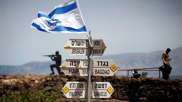 مجموعة لافتات تشير إلى الاتجاهات في هضبة الجولان التي تحتلها إسرائيل