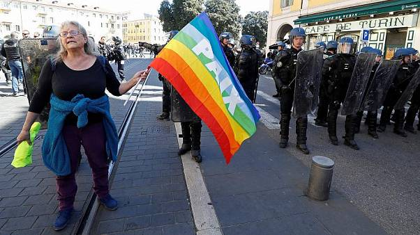 ماکرون خواستار «عقلانیت بیشتر» برای زن معترض ۷۳ ساله مجروح شد