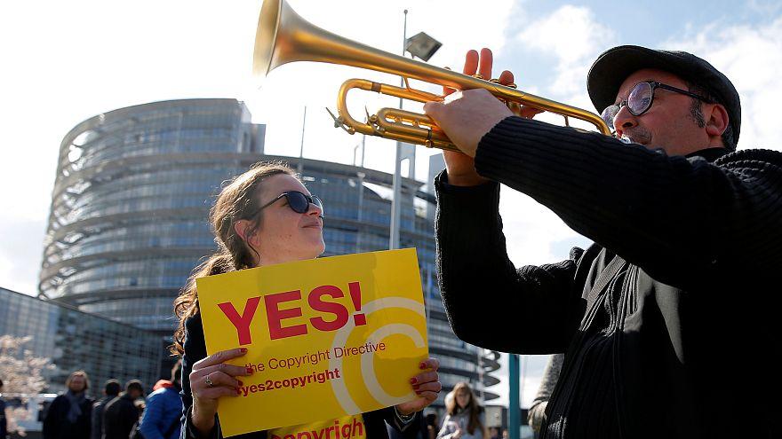 Акция сторонников Директивы об авторских правах у здания Европарламента