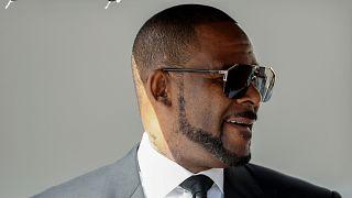 دبي تنفي دعوة العائلة الحاكمة المغني أر. كيلي لإقامة حفل موسيقي
