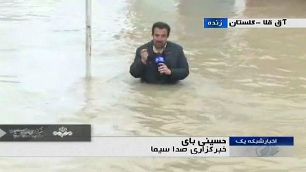 شاهد: مراسل التلفزيوني الرسمي الإيراني ينجز عمله في الماء