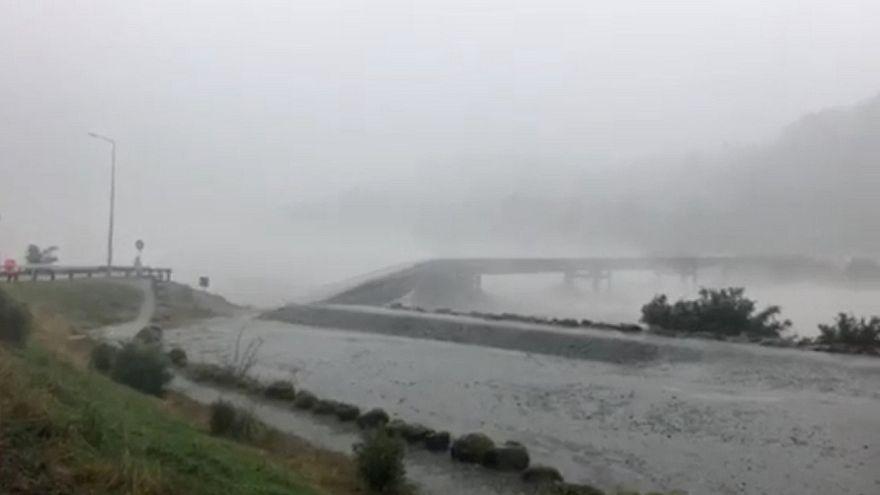 Új-Zéland: elmosott egy hidat az áradó folyó