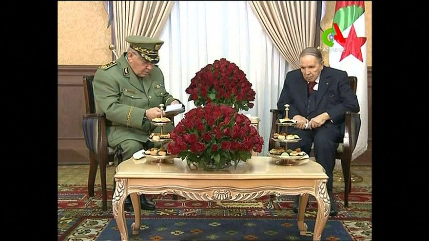 Chefe do Exército propõe afastamento de Bouteflika