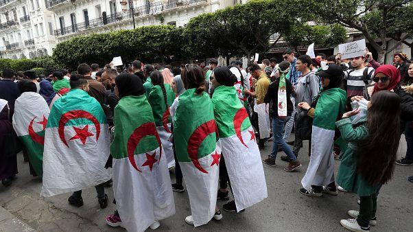 A vezérkari főnök az algériai elnök felmentését javasolja