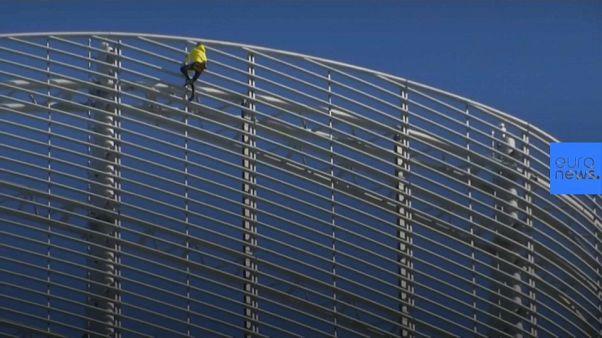 """Lo """"spiderman"""" francese colpisce ancora: scalata da 185 metri per salvare Notre-Dame"""