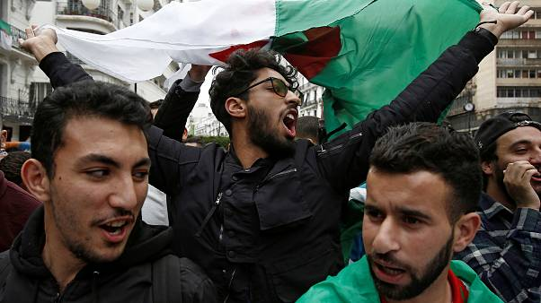 موقع الكتروني: زعيم لاحتجاجات الجزائر يرفض محاولة الجيش إعلان عدم أهلية بوتفليقة للحكم