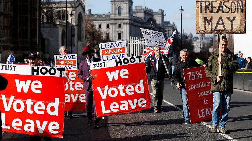 El Parlamento británico vota un plan B para el Brexit