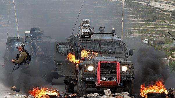 جيب عسكري اسرائيلي اندلعت فيه النيران في مظاهرات غرب رام الله تضامنا مع غزة