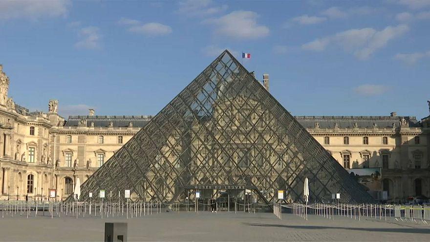 Пирамида Лувра отмечает юбилей