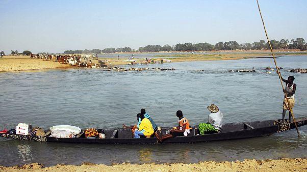 رعاة من عرقية الفولاني في مالي تعبر نهر النيجر