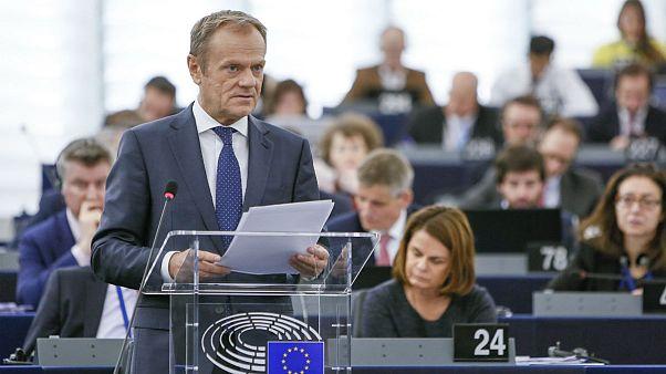 """Tusk a Strasburgo: """"Non tradire i milioni di britannici no-Brexit"""""""