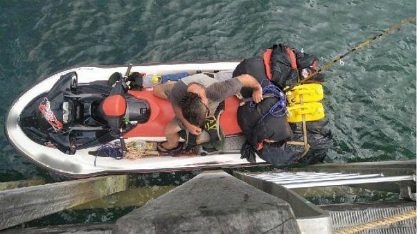 Australia, armato di balestra cerca di fuggire su una moto d'acqua