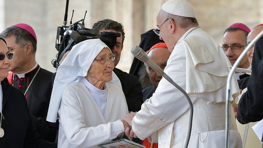 Háromezer gyereket segített világra egy apáca, akit Ferenc pápa kitüntetett