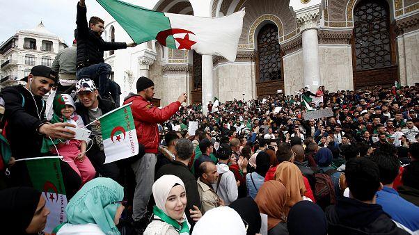 محتجون مطالبون بتنحي الرئيس عبد العزيز بوتفليقة في الجزائر العاصمة