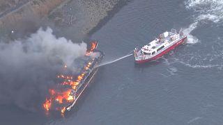 Japanisches Restaurant auf einem Boot geht in Flammen auf