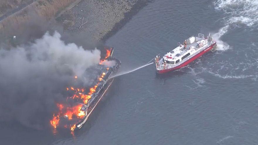 اشتعال القارب وفرق الإطفاء تحاول اخماد النيران