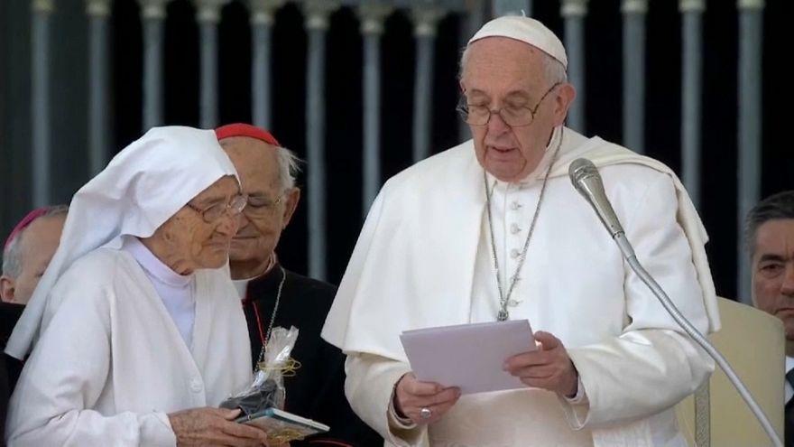 Papa Francisco entrega medalha a freira que realizou 3000 partos