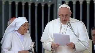 البابا يكرم راهبة أشرفت على ولادة 3 آلاف طفل في أفريقيا