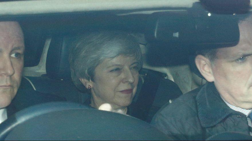 Theresa May no interior de um veículo junto ao Parlamento britânico