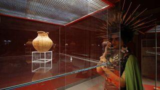 Le opere d'arte saccheggiate dall'Isis recuperate e esposte in un museo