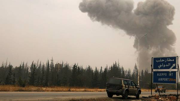 دخان يتصاعد جراء القصف عند الطريق المؤدي لمطار حلب الدولي/ أكتوبر 2016