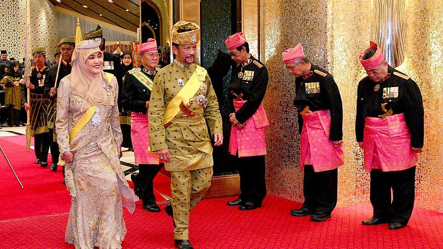 سلطان بروناي حسن البلقية والملكة صالحة